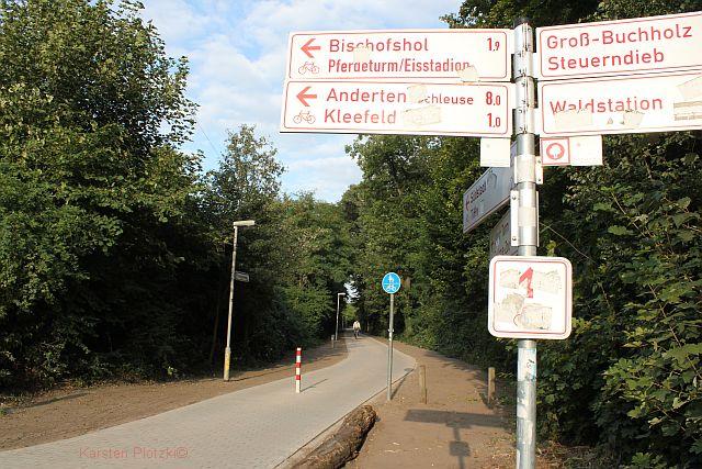 130829-Stadtparkweg-mit-Wegweiser in Stadtparkweg – letztes Teilstück gepflastert